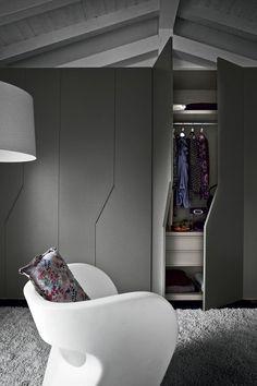 portes de placard gris dans la chambre a coucher moderne