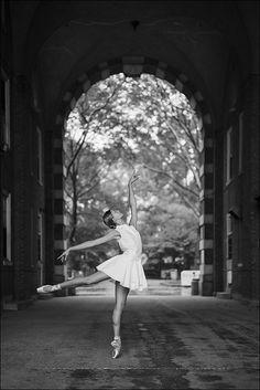 Ballerina in tunnel on Governor's Island, New York City. Art Ballet, Ballet Dancers, Ballerinas, Bolshoi Ballet, Dance Photography Poses, Dance Poses, Ballet Pictures, Dance Pictures, Dance Photo Shoot