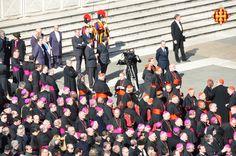 Els bisbes i cardenals veient l'arribada del Papa