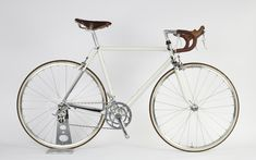 Coggles Bikes - a classic strada with a subtle scheme of antique white, chrome, Campagnolo and leather Road Cycling, Cycling Bikes, Velo Retro, Classic Road Bike, Road Bike Women, Bicycle Maintenance, Cool Bike Accessories, Cool Bicycles, Vintage Bikes