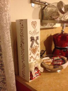 Una scatola di legno del vino diventata un portacialde caffè (dani)