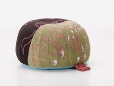 Bovist es un cojín decorativo para el suelo, un taburete y un reposapiés, todo en uno. Su atractiva forma y su desenfadada comodidad se debe...