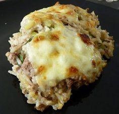 Couper les courgettes en dés. Cuire le riz (en fonction du riz utilisé) avec du bouillon. A mi cuisson du riz, ajouter les courgettes en dés. Pendant ce temps faire cuire la viande hachée avec 2 oignons coupés finement dans une poêle.