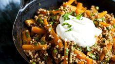 Pohanka je zdravá, plná prospěšných látek, a v našich krajích bývala dlouho tradičním ... Vegetable Recipes, Vegetarian Recipes, Healthy Recipes, Healthy Food, Spanish Rice And Beans, Main Dishes, Quinoa, Good Food, Easy Meals
