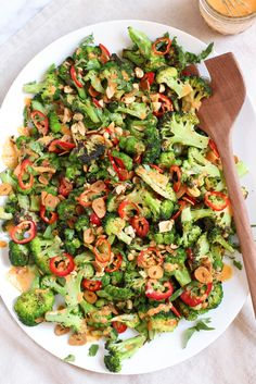 Hypoallergenic Pet Dog Food Items Diet Program Spicy Broccoli Salad With Peanut Dressing And Crispy Garlic Chips - Vegan and Gluten Free Healthy Salad Recipes, Healthy Foods To Eat, Whole Food Recipes, Healthy Snacks, Vegan Recipes, Healthy Eating, Spicy Broccoli, Broccoli Salad, Charred Broccoli