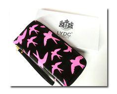 Pääskyt Lydc London design. Kaunis pääsky kuvioinen lompakko. Mustaa ja pinkkiä. Keskellä kolikkopussi, molemmin sivuin korttipaikkoja.(12) - See more at: http://somemore.fi/tuotteet.html?id=6/303#sthash.97xZY1IK.dpuf