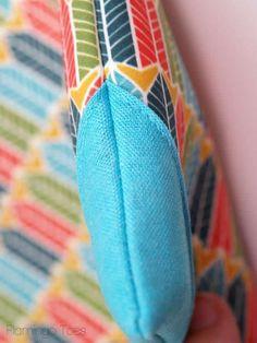 corners of clutch Diy Denim Purse, Denim Bag, Purse Patterns, Sewing Patterns, Foldover Bag, Denim Handbags, Handmade Leather Wallet, Easy Diy, Simple Diy