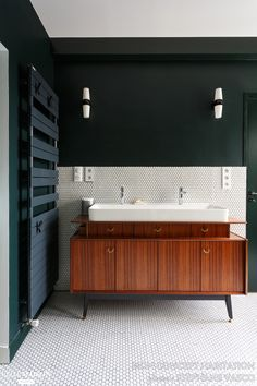 Small bathtub: inspiring models and photos - Home Fashion Trend Large Bathrooms, Chic Bathrooms, Amazing Bathrooms, Modern Bathroom, Master Bathroom, Bathroom Styling, Bathroom Interior Design, Country Style Bathrooms, Brown Bathroom