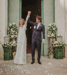 Les mariés devant leurs décorations florales. #wedding #weddingplanner #italy #sicily #sicilianart #dolcegabbana #fashion