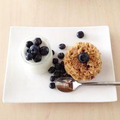 Mug cake myrtille coco. Un mug cake parfait pour le petit déjeuner sans œufs en seulement 5 minutes.