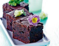 Forkæl dig selv og dine gæster med en lækker svampet brownie smagt til med lakrids og sommerblomster