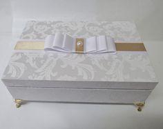 Caixa tamanho 24x17cm com tampa tipo dobradiça, forrada no tecido adamascado arabesco branco.  Com 6 nichos internos.  Ideal para presentear madrinhas em nascimentos e batizados. R$ 65,00