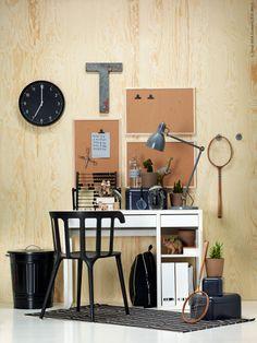 Dags för plugg! MICKE skrivbord, IKEA PS stol, SÖFTEN matta, KVISSLE lådor, VÄGGIS anslagstavlor, BONDIS klocka och KNODD tunna.