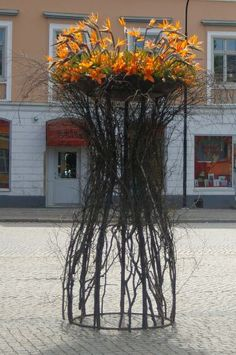 Large floral installations made by pupils at Hagagymnasiet Florist. They were placed around the famous locations in Norrköping