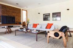 O living é destaque nesta casa de campo em Itu (SP): poltronas Sergio Rodrigues (Dpot), sofá de linho (Saccaro) e mesa de centro de aço corten com madeira (Vermeil) são combinados aos revestimentos e cores que dão tom rústico à decoração. O projeto de interiores é do escritório Díptico