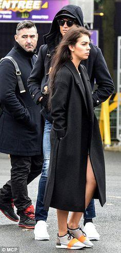 """Chi: Georgina Rodriguez & Cristiano in disguise at Disneyland Paris. Some disguise haha. Cristiano Ronaldo 7, Disneyland Paris, Priyanka Chopra, Khloe Kardashian, Winter Wear, Superstar, Supermodels, Normcore, Mens Fashion"