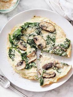 """""""pizza"""" de claras de ovo com cogumelos, espinafres e parmesão"""