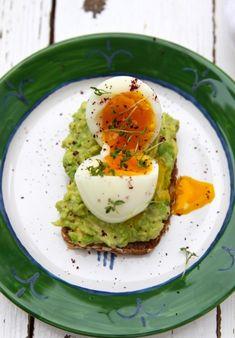 Avocado-Vollkorn-Schnitte mit wachsweichem Ei