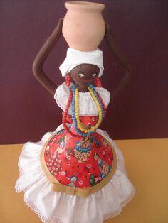 Boneca estilo baiana, com pote, utilizando garrafa de vidro, biscuit, tecidos e adereços.Ideal para decoração temática. African Dolls, African American Dolls, Clay Crafts, Arts And Crafts, African Crafts, Arte Tribal, Painted Gourds, Art N Craft, Gourd Art