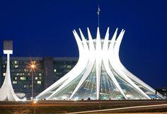 Oscar Ribeiro de Almeida de Niemeyer Soares est un architecte et un designer brésilien. Il est un des plus célèbres architectes brésiliens du 20ème siècle La cathédrale de Brasilia, classée au patrimoine mondial de l'Unesco