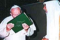Der Judaskuss des Papstes — Papst Johannes Paul II. küsst jenes Buch, nach dessen Lehren er nicht selig, sondern zum Leben in der Hölle verdammt ist!  Unzählige Christen, die sich im Laufe der gewaltsamen Expansion des Islam weigerten, den Koran zu küssen, wurden von Moslems geschlachtet.