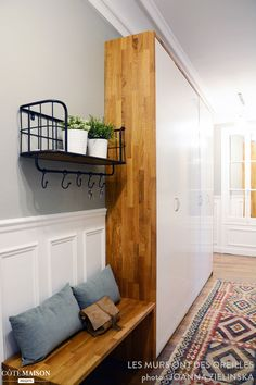 Un meuble Ikea customisé habille le long couloir de l'entrée Hall Furniture, Ikea Furniture, Furniture Stores, Hallway Decorating, Interior Decorating, Interior Design, Home Staging, Earthy Home Decor, Long Hallway