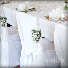 Verleih von eleganten, weißen Stuhlhussen  in verschiedenen Größen mit passenden Stuhlschleifen. Zum Beispiel als Universalstuhlhussen oder Bankettstuhlhussen.
