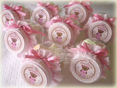 Mini baleiro personalizada - com ursinha de vestido - rosa e marrom, acabamento em fita de cetim e la�o com p�rola. <br> <br>O baleiro pode ser recheado com: <br>- marshmalow, <br>- bala de goma <br> <br>Pedido M�nimo: 15 unidades. <br> <br>Pote de acr�lico personalizado - com ursinha rosa e marrom - detalhes em la�o de cetim e p�rola. <br> <br>Recheado com jujubas (bala de goma). <br> <br>Pedido M�nimo: 15 unidades. <br> <br>Kit Festa Ursa Rosa e Marrom com: <br>- Sacolinha personalizada…