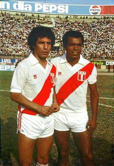 César Cueto y Téofilo Cubillas 1982 Peru Football, World Football, Football Kits, Steven Gerrard, Premier League, Vintage Football, Big Men, Woodstock, Fifa