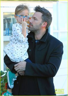 Jennifer Garner & Ben Affleck: Brentwood Breakfast with Seraphina!: Photo Ben Affleck and his little girl Seraphina share a laugh as they leave Brentwood Country Mart on Thursday (October in Santa Monica, Calif. Ben Affleck Bruce Wayne, Ben Afflack, Ben And Jennifer, Jennifer Garner Ben Affleck, Hot Dads, Dc Movies, Fathers Love, Celebrity Dads, Celebrities