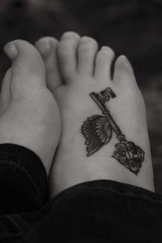 Flying key from Harry Potter. I'm so going to get this on my foot. It even has the deathly hallows in it!!!