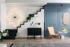 Muitos detalhes criativos chamam a atenção nesta sala de estar australiana, criada pela marca Fred International (@fredinternational). Para citar alguns, adoramos o móvel em forma de escada e a parede azul com boiseries. Descubra mais sobre o nosso #décordodia no nosso site (link na bio)! #decor #casavogue
