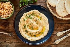 Love hummus and flatbread, but can't get any with your online food delivery? While not an essential, hummus and flatbread is delicious as a snack or a light lunch, and is actually very easy to make … Easy Hummus Recipe, Homemade Hummus, How To Eat Hummus, Chefs, Smash Recipe, Zinc Rich Foods, Hummus Ingredients, Recipe Ingredients, Complete Recipe