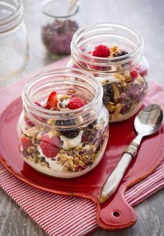 Desayunos sanos y energéticos - Frutas, muesli y yogurt