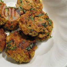 Falafel da Jean (bolinhos de grão-de-bico) @ allrecipes.com.br - Esta receita de falafel é vegan, não leva ovo no seu preparado.