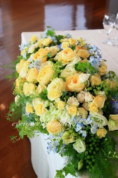 イエロー×ブルー 夏の装花 Sola Flowers, Table Flowers, Yellow Bouquets, Yellow Flowers, Bridesmaid Flowers, Flower Bouquet Wedding, Cascade Bouquet, Rustic Wedding Inspiration, Floral Arch