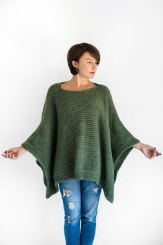 Poncho cape knitted in chunky alpaca wool. Poncho Pullover, Alpaca Poncho, Crochet Poncho, Knitted Poncho, Alpaca Wool, Sweater Cape, Merino Wool, Knitting Patterns Free, Hand Knitting