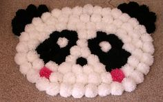 "Tappento ""Panda"" con i pon pon Pom Pom Wreath, Pom Pom Rug, Pom Poms, Homemade Baby Gifts, Homemade Rugs, Pom Pom Crafts, Yarn Crafts, Panda Decorations, Panda Craft"