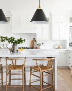 Excellent modern kitchen room are offered on our site. Have a look and you will not be sorry you did. Classic Kitchen, Farmhouse Style Kitchen, Modern Farmhouse Kitchens, Home Decor Kitchen, Interior Design Kitchen, Kitchen Furniture, Home Kitchens, Kitchen Ideas, Country Kitchen