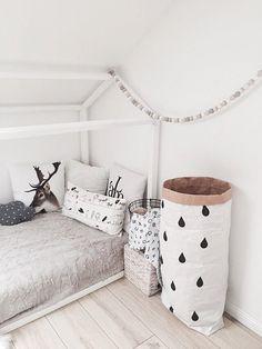 Mooi & decoratieve houten kralen garaland voor interieur en moderne kwekerij look. Gemaakt van natuurlijke & handbeschilderd houten kralen.