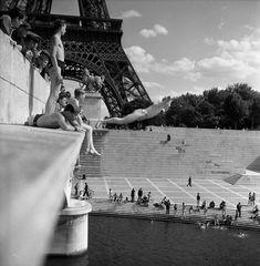 Robert Doisneau  //  Paris: River Seine  -   Le plongeur du Pont d'Iena Paris, 1945