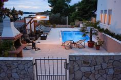 Leilighet i Okrug Gornji, Kroatia. Villa Aurora is a beautiful new property in excellent location built in 2014-2015 years, fully air-conditioned and luxuriously furnished. It is located on the island of Ciovo in a small and quiet town of Trogir.  Apartment 6 + 2 is located on the ...