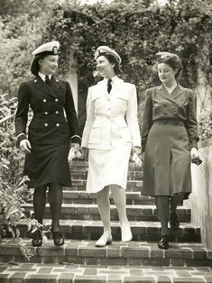 US Naval Hospital San Diego Nurses Modeling Uniforms I .love a women in uniform. Military Women, Military History, Military Outfits, Military Jackets, 1940s Fashion, Vintage Fashion, Vintage Nurse, Moda Vintage, Pin Up Outfits