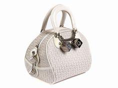 Ca. 19 x 20 x 15 cm. 21. Jahrhundert. Handtasche aus Stoff in Cremeweiß verziert mit dem Dior Monogramm in Silber, zwei Handgriffen, Reißverschluss und...