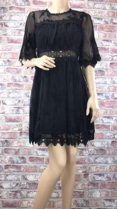 d8351fccc26b Krátke čierne šaty doplnené čipkovým materiálom
