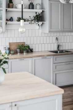 Kitchen gray ikea This stylish decor model, which produces warm and personal settings Ikea Kitchen Design, Ikea Kitchen Cabinets, Home Decor Kitchen, Kitchen Furniture, Kitchen Interior, New Kitchen, Home Kitchens, Grey Ikea Kitchen, Kitchen With Grey Floor