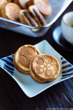 Crispy on the outside and filled with sweet red bean paste on the inside, Imagawayaki is a popular street snack in Japan. Japanese Buns, Japanese Pastries, Easy Japanese Recipes, Japanese Snacks, Japanese Sweets, Japanese Food, Asian Recipes, Beignets, Wagashi Recipe