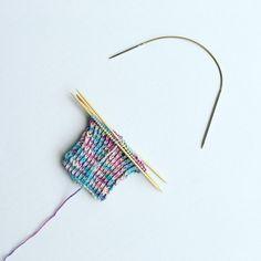 """Wie strickt ihr eure Socken? Mit einem Nadelspiel oder mit einer Rundstricknadel? Ich habe mir heute bei meinem Wolldealer neue Nadeln gekauft . Die """"Sockenwunder"""" von @addi_by_selter. Ich werde sie gleich mal testen und euch morgen berichten wie es sich damit strickt. Ich bin schon sehr gespannt, denn mich nervt das Nadelspiel und ich hoffe daher sehr, dass diese Nadel eine gute Alternative sein werden. Habt einen schönen Abend #sockenstricken #socken #knittingwithlove #addi_by_selter..."""