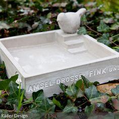 """Die Vogeltränke """"Amsel, Drossel, Fink und Star"""" ist aus Beton und Holz gefertigt. …"""