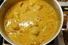 pollo con leche de coco y curry 1 pollo 300 ml. de leche de coco 1 cucharadita de curry Aceite de oliva Sal